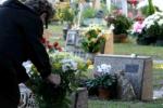 Cimitero, spariti nel nulla fiori e corredo funebre