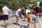 I giovani angeli sistemano Castelbeach dopo il maltempo