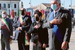 Distesa di fasce tricolore per i martiri