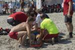 Turista salvata dai bagnanti col defibrillatore