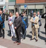25 aprile, parata e alte uniformi in piazza