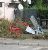 Schianto e terrore: l'auto devasta l'esterno del bar, tavolini travolti. Abbattuta anche l'insegna