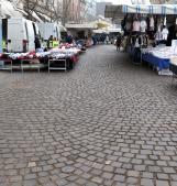 Un mercato semi deserto. Ambulanti disperati