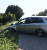 Perde il controllo dell'auto e si schianta contro un palo