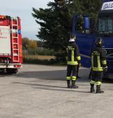 Camion fermo da tempo, arrivano i pompieri e trovano il camionista senza vita