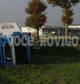 Camion Gls si ribalta in rotatoria