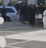 Un sentiero di palloncini bianchi per l'ultimo viaggio del piccolo Giacomo