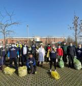 I volontari ripuliscono il parcheggio dell'ospedale