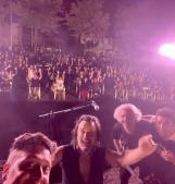 Centinaia di spettatori riempiono l'arena spettacoli: è magia!
