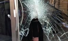 Sfondano le vetrine con l'auto: notte di furti e spaccate