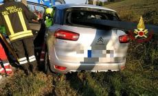 Auto infilzata dal guardrail, donna salva per miracolo