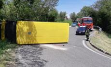 Si rovescia con lo scuolabus, scappa e lascia i bambini feriti a bordo