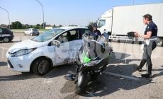 Tremendo impatto in tangenziale: scooterista sbalzato sul parabrezza