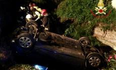 Vola con l'auto nel fossato pieno d'acqua, salvata dai pompieri