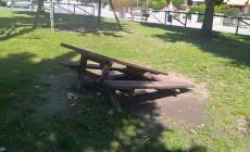 I baby vandali sfasciano un altro parco