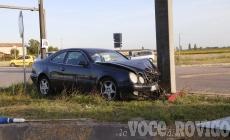 Terrificante schianto sulla regionale: auto distrutta contro un palo