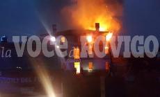 Le fiamme avvolgono la villa storica