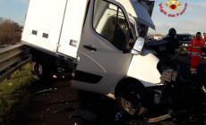 Tragico schianto in autostrada tra camion e furgone: c'è un morto