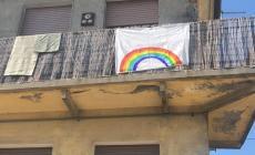 """""""Andrà tutto bene"""", paesi tappezzati di arcobaleni"""