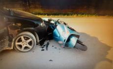 Vola dallo scooter dopo l'impatto con un'auto
