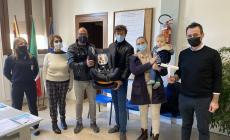 Un incontro simbolico, che ha aperto la consegna dei seggiolini ai nuovi nati del paese