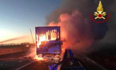 Camion in fiamme, chiusa l'autostrada