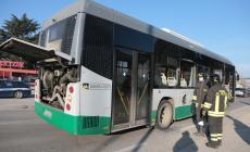 Scontro tra autobus e veicolo commerciale: per fortuna senza gravi conseguenze