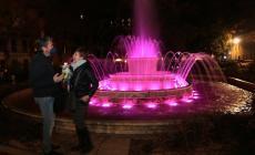 La fontana si colora di rosa per la festa delle donne