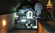 Imbocca una ripida scalinata in auto: necessario l'intervento dei pompieri