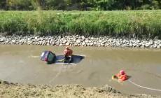Mamma e figlia finiscono con l'auto nel canale