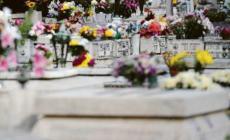 Furti tra le tombe per riutilizzare i fiori