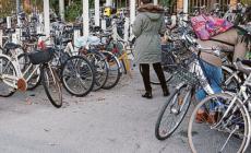Stop alla bici selvaggia, divieto di sosta alla stazione