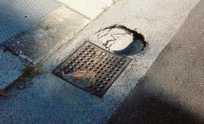 Cede l'asfalto: buca di 30 centimetri