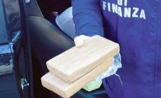In auto con un chilo di cocaina