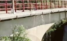 Perdono persino i tubi sul ponte dell'Adige