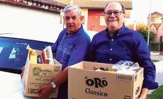 I nonni fanno la spesa alla famiglia in difficoltà