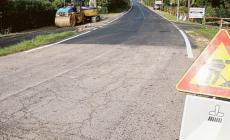 Via Casalveghe, asfalti solo a metà sulla strada