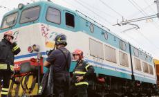 Treno deraglia e urta locomotore