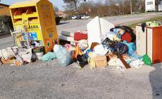 Discarica a cielo aperto, tra i rifiuti anche degli indirizzi