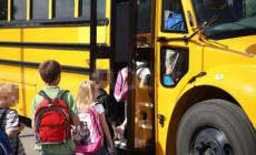 L'autista dello scuolabus bestemmia e insulta i bambini: ora rischia il posto