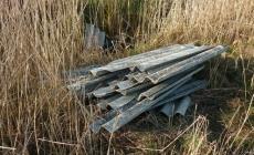Pannelli di Eternit<br/>abbandonati sulla strada