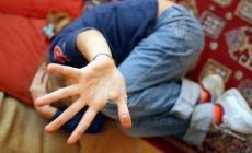 Padre abusa della figlia di sei anni<br/>e divulga le foto su internet