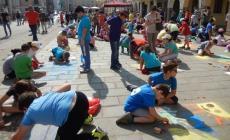 """Gessetti e fantasia colorano la piazza<br/>450 gli alunni """"già madonnari"""""""