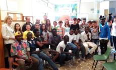 Studenti a lezione d'integrazione   <br/> con i 39 immigrati ospiti a Loreo