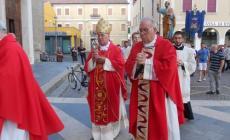 Lungo applauso per il vescovo <br/> alla processione per i santi patroni
