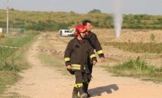 Geyser di gas tra i campi <br/> tubatura rotta da un mezzo agricolo