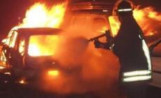 Schianto contro un muro <br/> un'auto va in fiamme