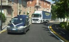 Camion contromano in viale Trieste<br/> inseguito dai vigili, bloccato e multato