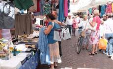 Via il mercato da Corso del Popolo <br/>  bancarelle in via Silvestri