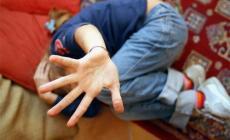 Violenta la figliastra di 8 anni, e poi la ricatta con le foto